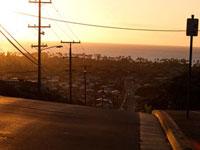 朝焼けの空と坂道