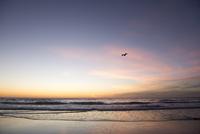 夕暮れの海 10241001086| 写真素材・ストックフォト・画像・イラスト素材|アマナイメージズ
