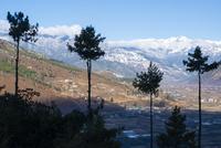 山と町並み 10241001627| 写真素材・ストックフォト・画像・イラスト素材|アマナイメージズ