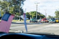 キューバのタクシー車内の国旗とカラフルな車