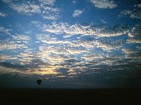 気球のシルエットと彩雲