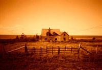 柵と牧場の一軒家