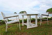 ビーチに置かれたテーブルと椅子