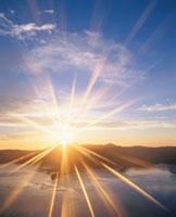 朝日と摩周湖と摩周岳 10247000085| 写真素材・ストックフォト・画像・イラスト素材|アマナイメージズ