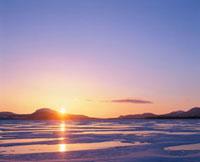 朝日と結氷した屈斜路湖 10247000305| 写真素材・ストックフォト・画像・イラスト素材|アマナイメージズ