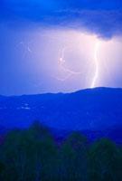 雷と聖山の夜景