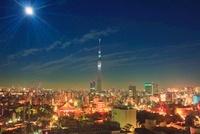 月と浅草の街並と東京スカイツリー 10247001778| 写真素材・ストックフォト・画像・イラスト素材|アマナイメージズ