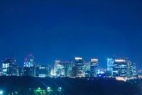 丸の内の高層ビル群と東京スカイツリーの夜景 10247001884| 写真素材・ストックフォト・画像・イラスト素材|アマナイメージズ