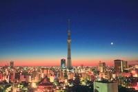 黎明の浅草の街並と東京スカイツリー地球照の月 10247001908| 写真素材・ストックフォト・画像・イラスト素材|アマナイメージズ