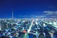 夜の東京スカイツリーと下町両国の街並 10247002066| 写真素材・ストックフォト・画像・イラスト素材|アマナイメージズ