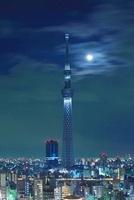 東京スカイツリーのライトアップと月と流れる雲 10247003285| 写真素材・ストックフォト・画像・イラスト素材|アマナイメージズ