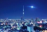 東京スカイツリーと月とライトアップ 10247003312| 写真素材・ストックフォト・画像・イラスト素材|アマナイメージズ