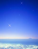 南アルプス市街夜景と黎明の富士山