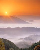 御斉峠方向の山並みと雲海と朝日