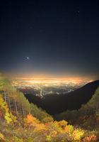 松本市街夜景と八ケ岳と富士山などの山並みと星空と紅葉の樹林