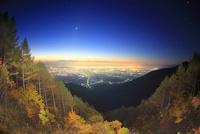 松本市夜景と八ケ岳と富士山などの山並みと黎明の星空と秋の樹林