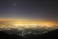 松本市街夜景と八ケ岳と富士山などの山並みと星空