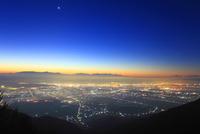 松本市夜景と八ケ岳と富士山などの山並みと黎明の星空