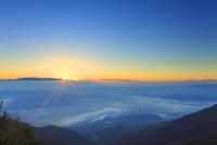 朝日と雲海と八ケ岳と南アルプスと富士山などの山並み