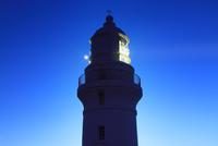 屋久島灯台と夕方の地球照の月 10247008853| 写真素材・ストックフォト・画像・イラスト素材|アマナイメージズ
