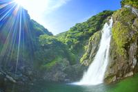 大川の滝と太陽の光芒 10247008869| 写真素材・ストックフォト・画像・イラスト素材|アマナイメージズ