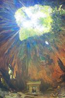 ウィルソン株内部の空洞と木もれ日の光芒と祠 10247009134| 写真素材・ストックフォト・画像・イラスト素材|アマナイメージズ