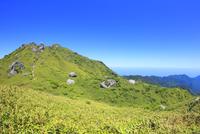 栗生岳と宮之浦岳などの山並み 10247009200| 写真素材・ストックフォト・画像・イラスト素材|アマナイメージズ