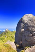 宮之浦岳直下の大岩と栗生岳と翁岳などの山並み 10247009223| 写真素材・ストックフォト・画像・イラスト素材|アマナイメージズ