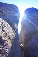 宮之浦岳直下の大岩の隙間から差し込む太陽の光芒 10247009225| 写真素材・ストックフォト・画像・イラスト素材|アマナイメージズ
