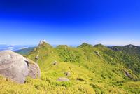 翁岳と安房岳と投石岳と黒味岳の山並み 10247009231| 写真素材・ストックフォト・画像・イラスト素材|アマナイメージズ
