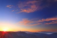 カラマツ林の紅葉と富士山などの山並みと朝日と朝焼け