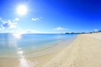 奥間ビーチの渚と太陽の光芒