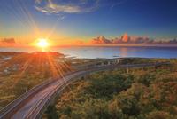 ニライカナイ橋と朝日と久高島とコマカ島遠望