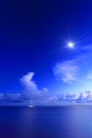 夕暮れの喜屋武岬から望む南方向の海と流れ動く入道雲と雷 10247011702| 写真素材・ストックフォト・画像・イラスト素材|アマナイメージズ