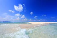 交差する波しぶきとはての浜の渚とハートの雲