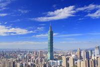 台北101などのビル群とすじ雲