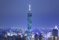 台北101などのビル群の夜景