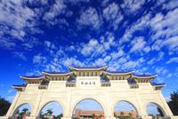 自由広場正門とうろこ雲