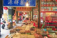 漢方薬と乾物の中華食材の商店街