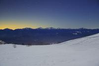 千畳敷カールの雪原と南アルプスと富士山などの山並みと星空