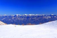 千畳敷カールの雪原と南アルプスと富士山などの山並み