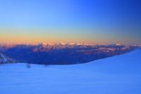 千畳敷カールの雪原と南アルプスと富士山などの山並みの夕景