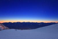 黎明の千畳敷カールの雪原と南アルプスと富士山の山並み