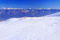 千畳敷カールの雪原の風紋と南アルプスと富士山