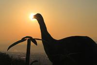 ディプロドクスのシルエットと朝日