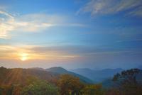 旧碓氷峠見晴台から望む妙義山方向の山並みと紅葉の樹林と朝日