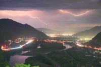 千曲公園から望む千曲川と上山田方向の夜景と雷