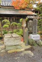 真田父子四百回忌碑と雷封じの井 10247018513| 写真素材・ストックフォト・画像・イラスト素材|アマナイメージズ