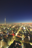 東京スカイツリーと錦糸町方向の街並の夜明け 10247018578| 写真素材・ストックフォト・画像・イラスト素材|アマナイメージズ