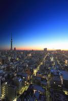 東京スカイツリーと錦糸町方向の街並の夜明け 10247018579| 写真素材・ストックフォト・画像・イラスト素材|アマナイメージズ
